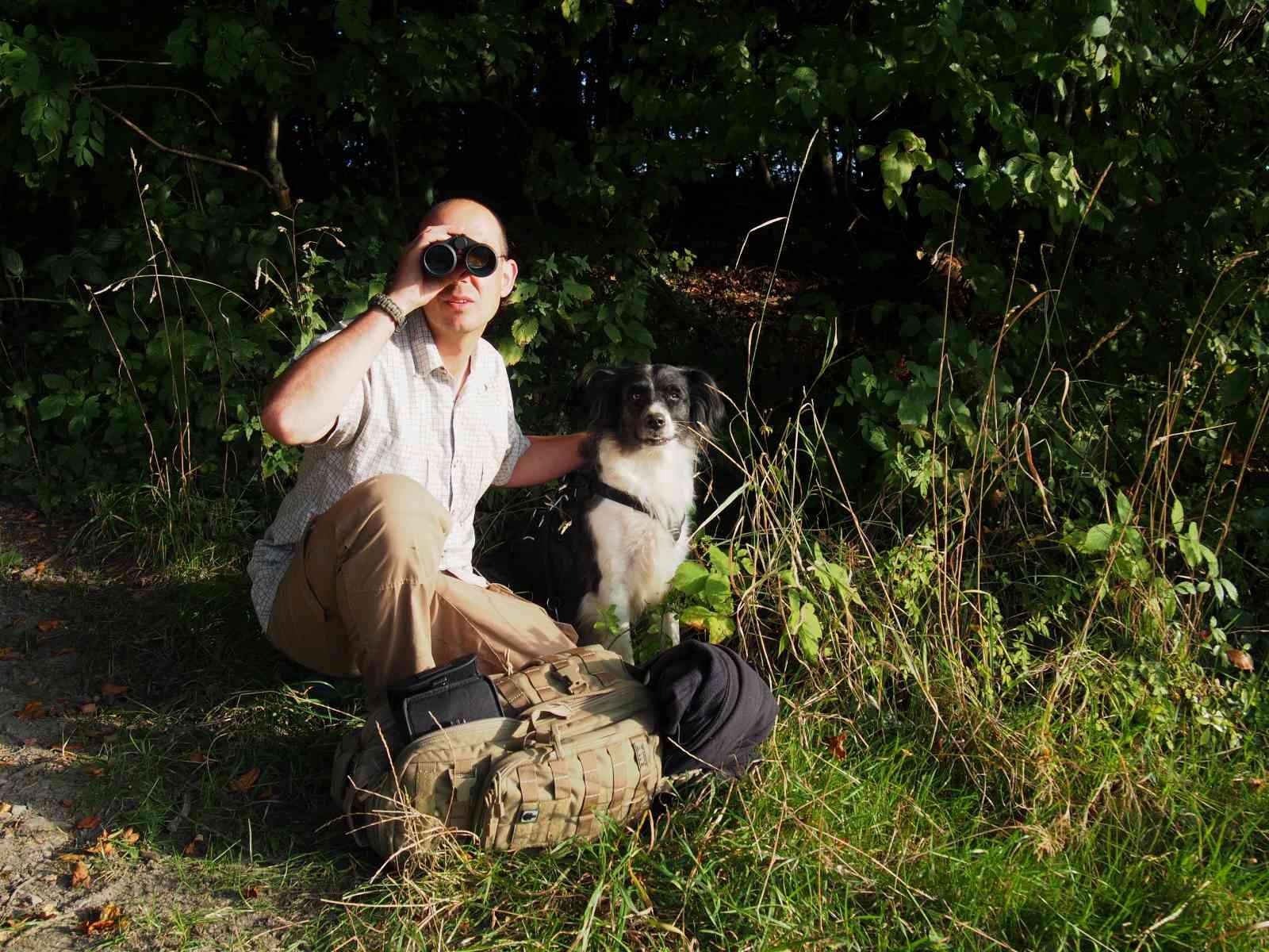 Fernglas im Outdoreinsatz - Auf der Tour mit Hund