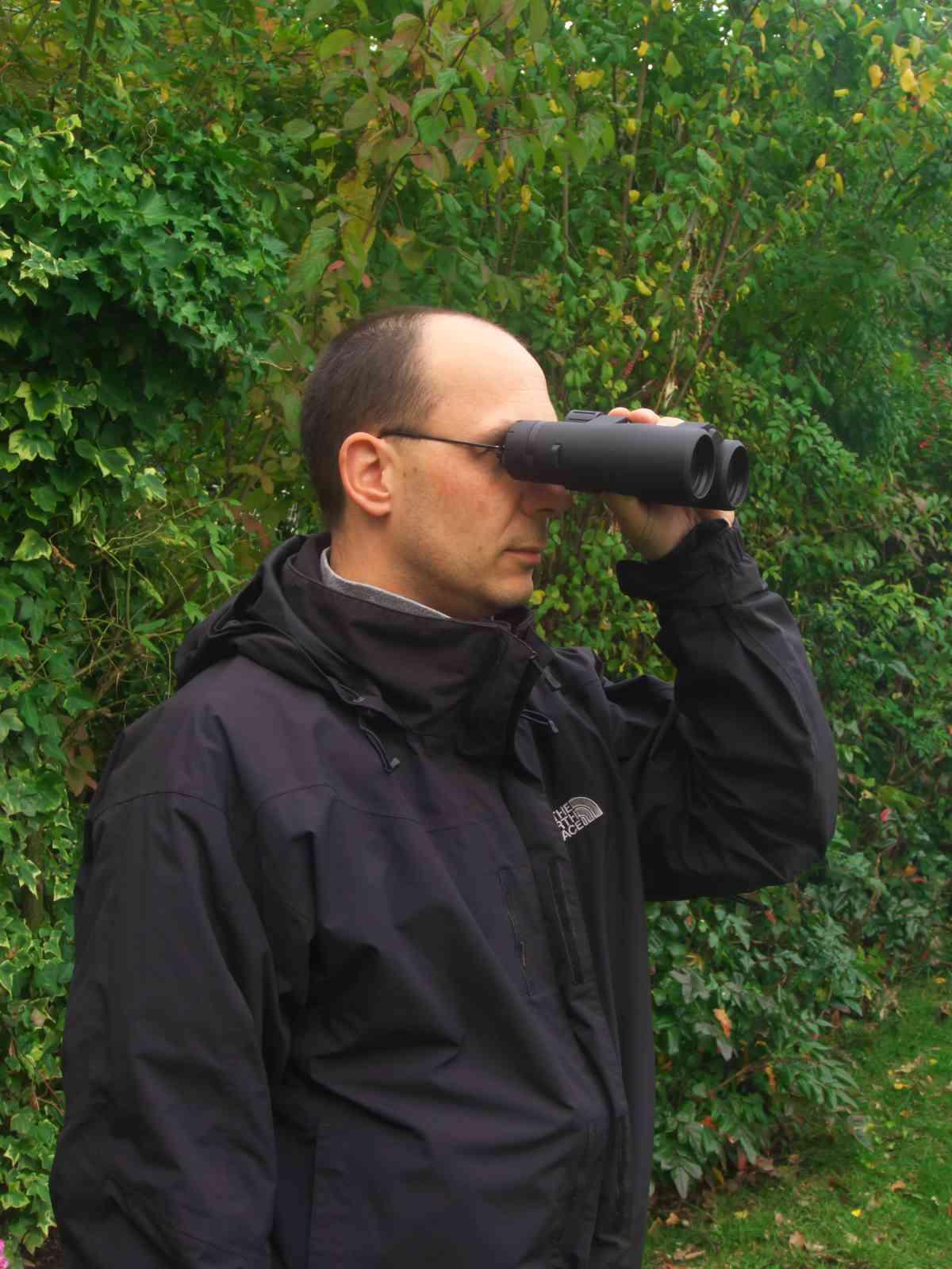 Fernglas im Outdoreinsatz - Naturbeobachtung