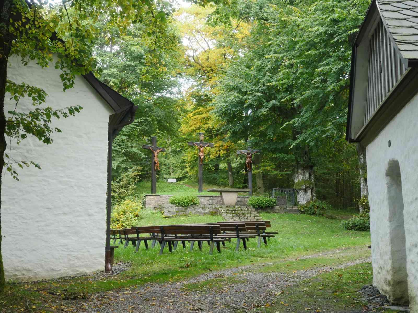 Auf den Wilzenberg - Kapelle und Kreuze
