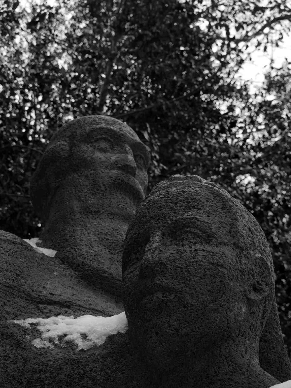 Ehrenfriedhof Königshöhe - Gesichter im Stein