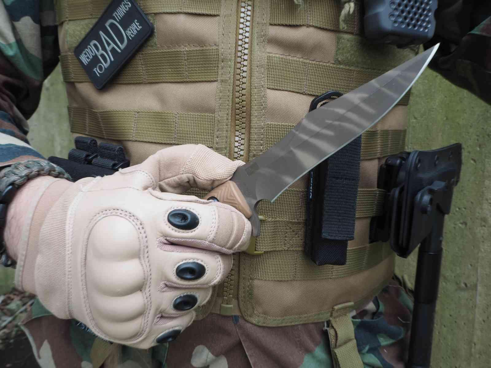 Behring Made Technical Wraith - Handlage mit Handschuhen