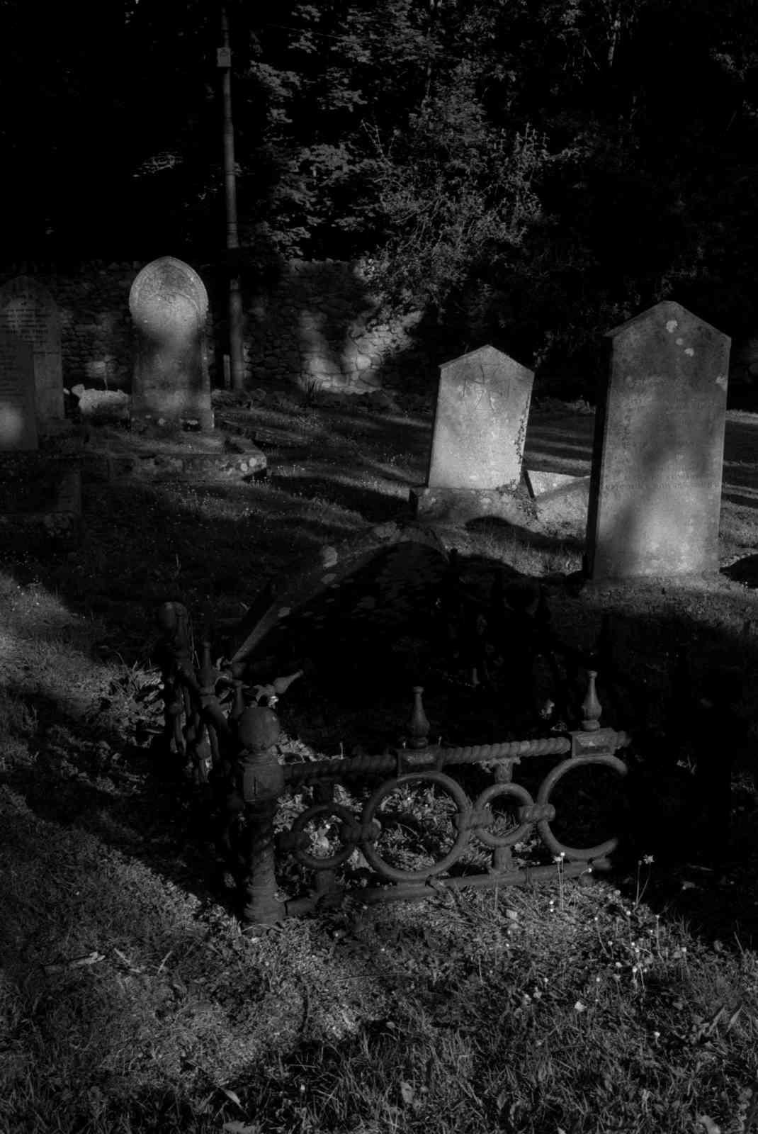 Friedhof Enniskerry 05, Rollei35 Ilford HP5 400
