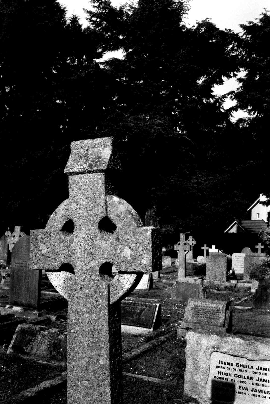 Friedhof Enniskerry 03, Rollei35 Ilford HP5 400