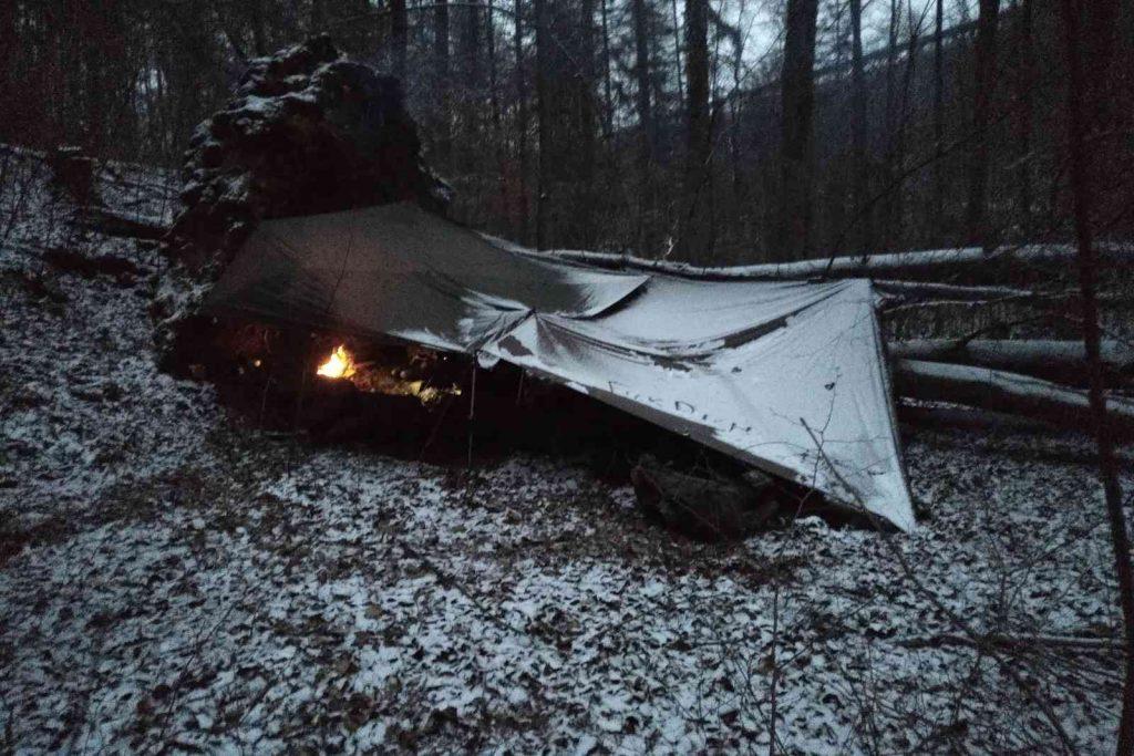 Eine Nacht im Wald bei Schnee