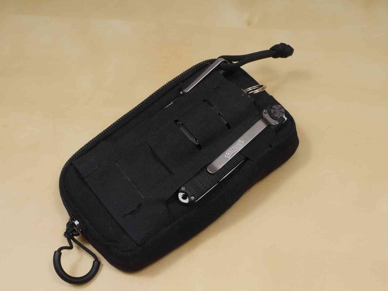 EDC _Rückseite mit Messer, Taschenlampe und Tactical Pen