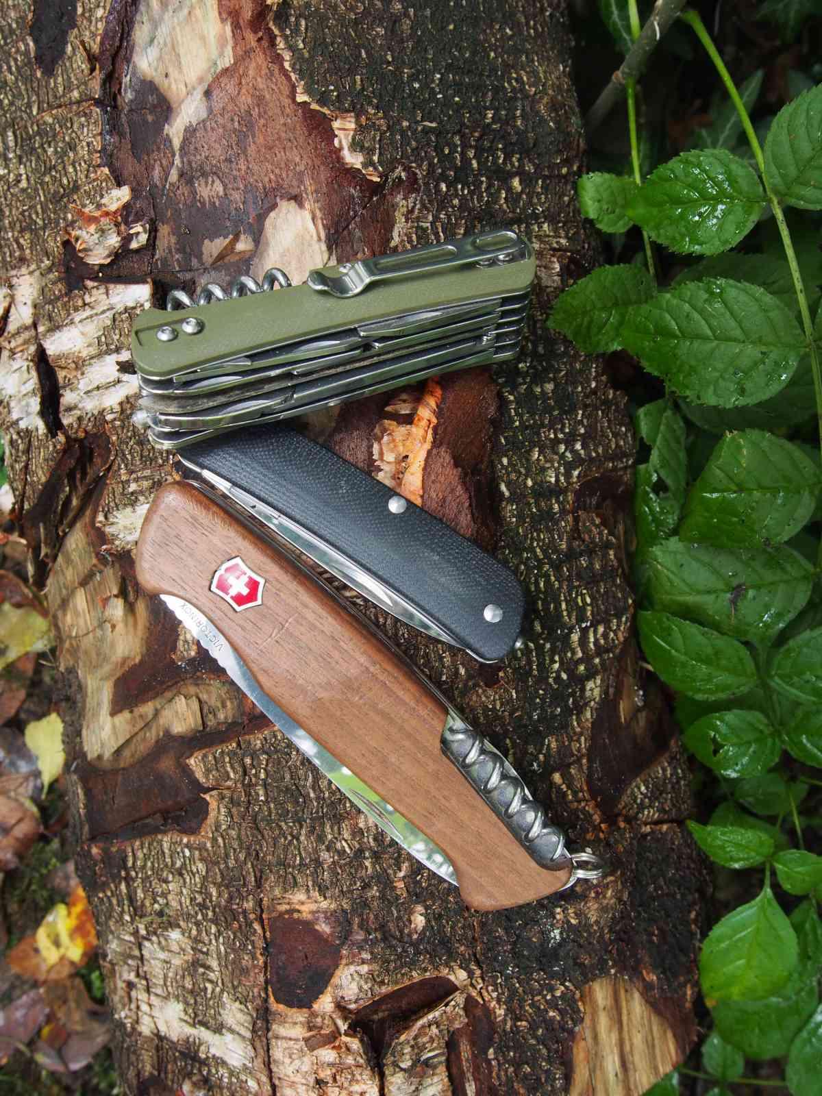 Böker Tech-Tool Outdoor 4 - Zwei Tech-Tools neben dem Victorinox Ranger Wood