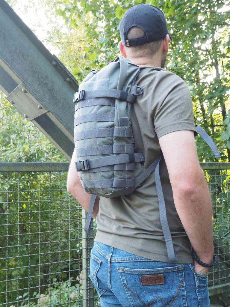 Tasmanian Tiger Essential Pack MKII Das Essential Pack sitzt sehr hoch am Rücken zwischen den Schultern und fällt so beim Tragen kaum auf
