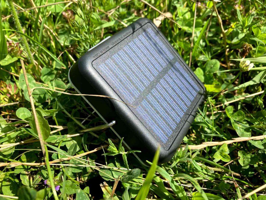 Der Bügel richtet die Solarzelle im richtigen Winkel aus