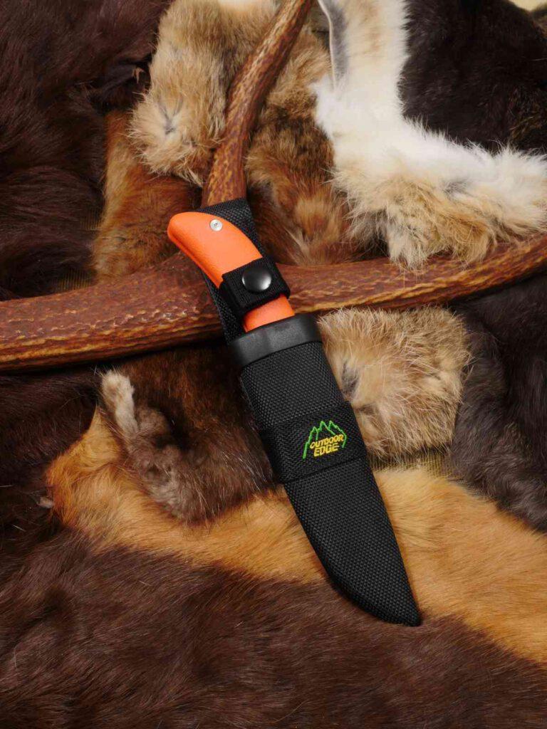 Werkzeugcharakter: Die Standardkost der Nylonscheide und die orangen Griffschalen sind voll auf Praxistauglichkeit ausgelegt.