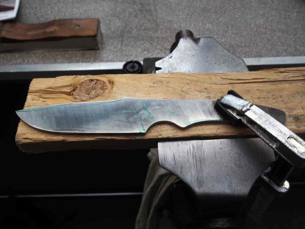 Die grobe Form des eigenen Messers