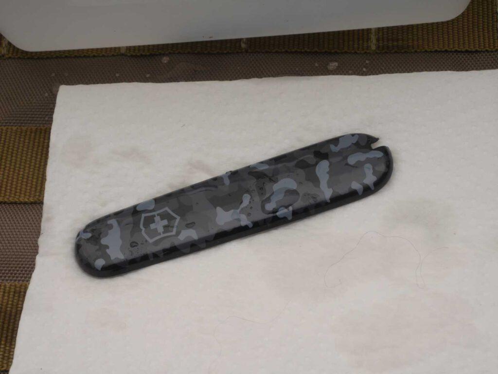 Entnehme die Griffschalen und trockne die Innenseite schnell mit dem Handtuch ab. Die Griffschalen dürfen nicht zu kalt werden.