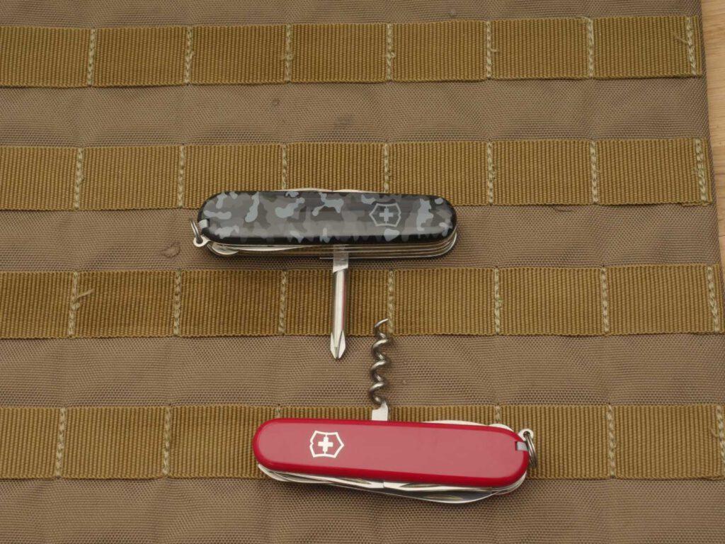 Gewechselte Griffschalen: oben: Victorinox Fieldmaster mit Camo-Griffschalen unten: Victorinox Huntsman mit roten Griffschalen