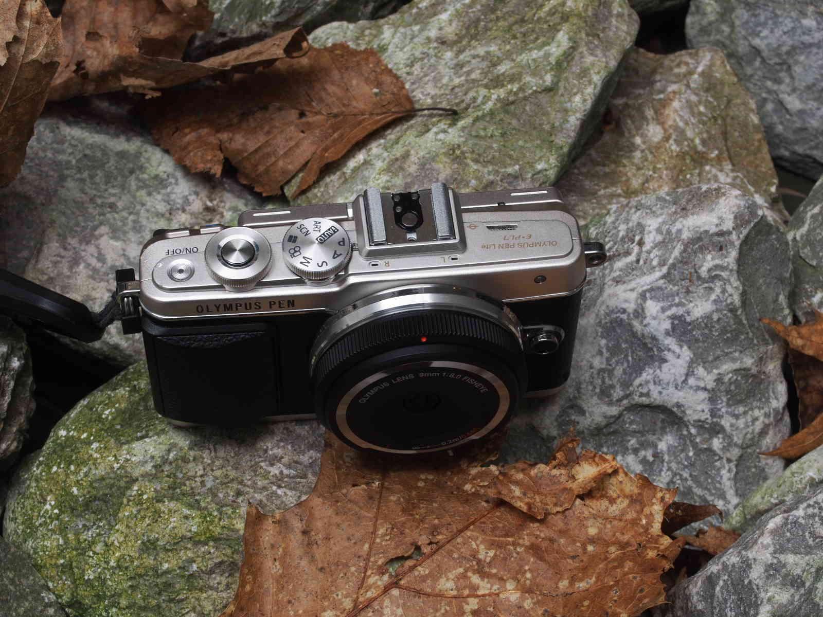 Olympus Body Lens Cap 9mm 1:8,0 macht die PEN hosentaschentauglich