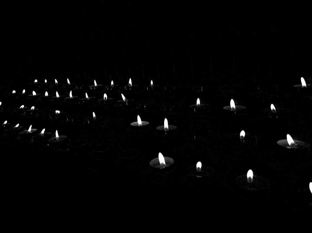 Kerzenlicht in Schwarzweiss