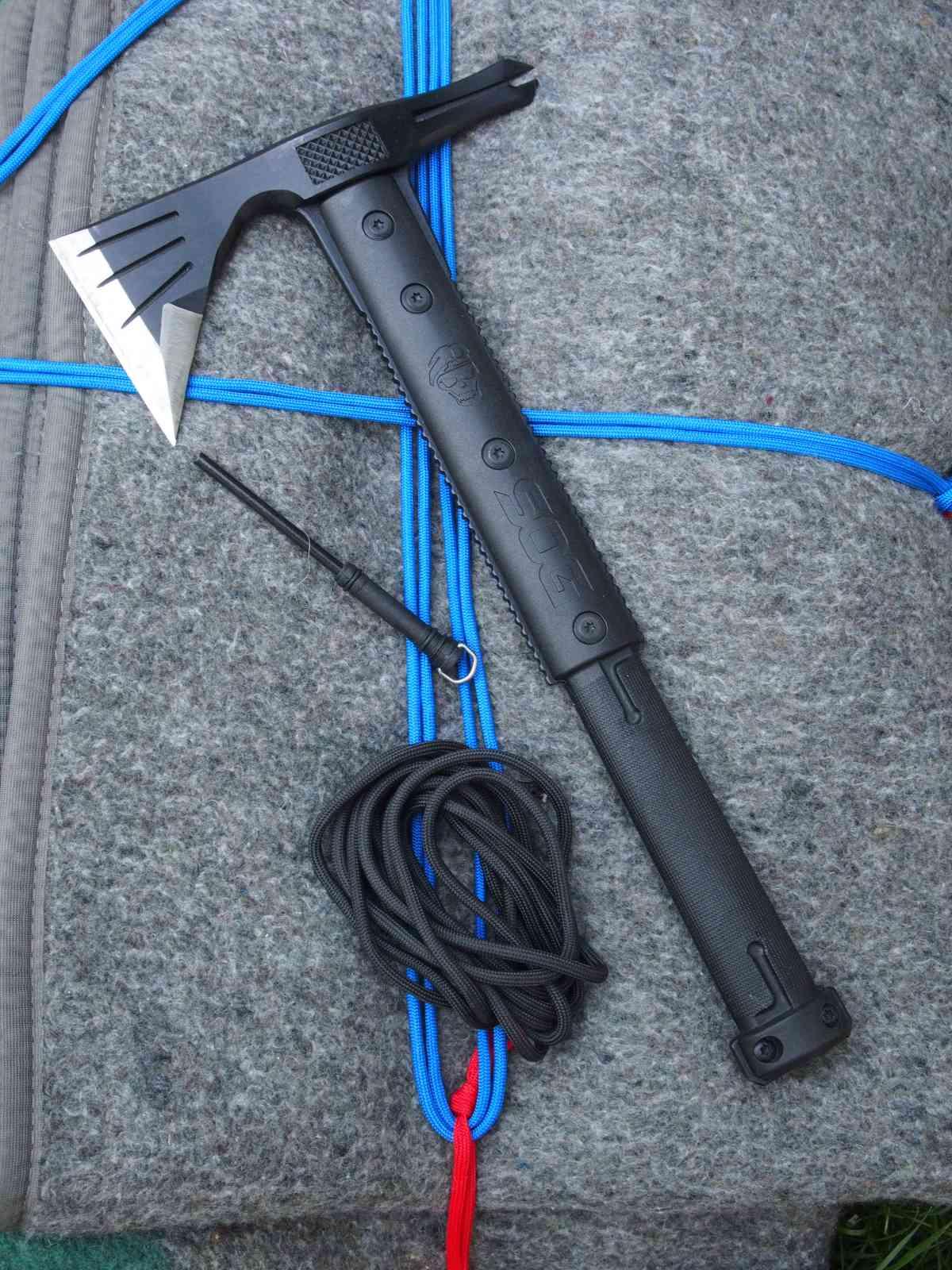 SOG Survival Hawk - Zusätzliche Tools: Paracord und Feuerstahl