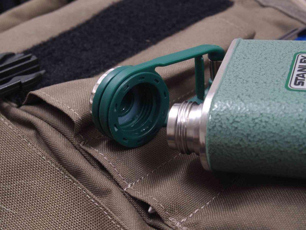 Stanley Classic Taschenflasche - Vorsicht Kunststoff