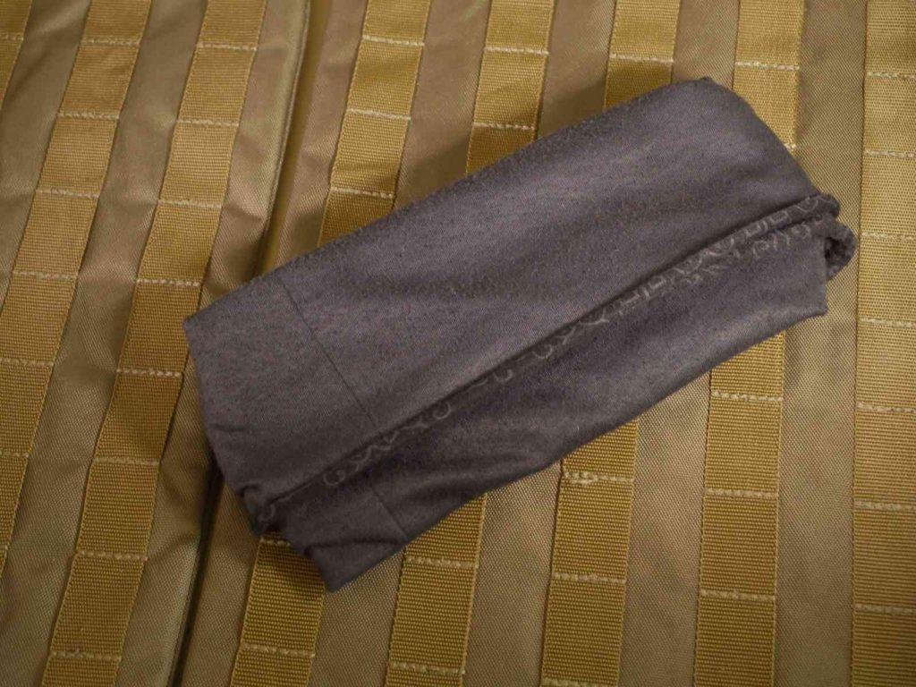 Schließe den Einschub indem Du die überstehenden Tücher nach unten klappst