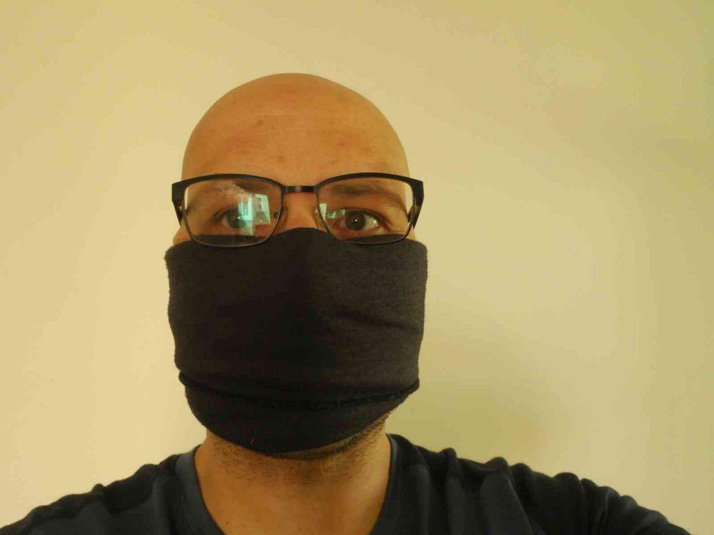 Nun ziehe die so entstandene Alltagsmaske über Mund und Nase. Fertig!