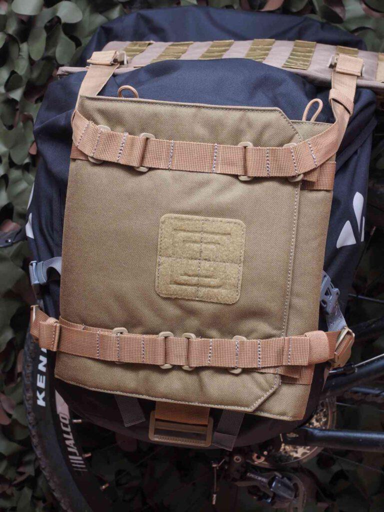 Rifle Sleeve über der Vaude-Tasche am Gepäckträger