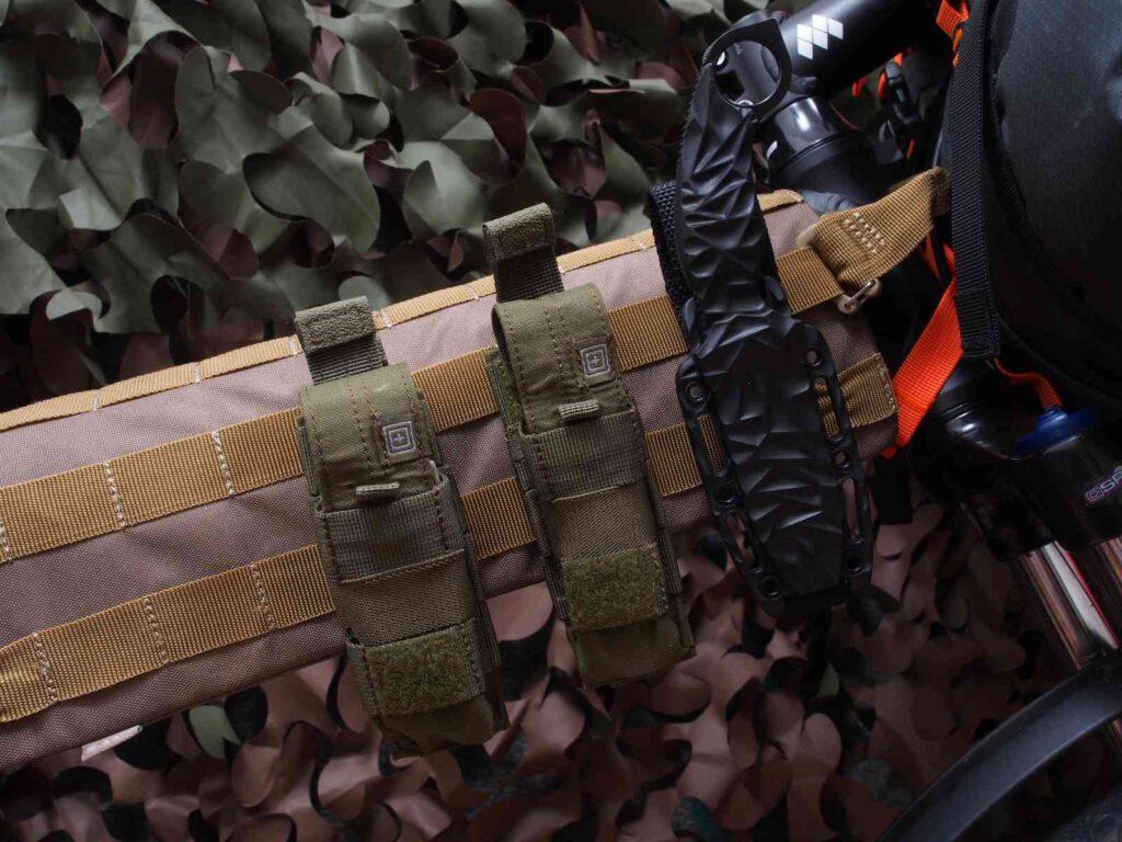 Mit Zusatztaschen und Messer