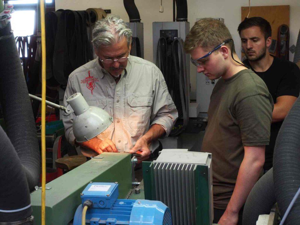 Lehrgangsleiter Armin Stütz (links) bei der maschinellen Bearbeitung